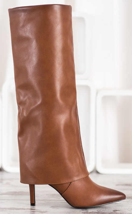 Hnedé ihlové čižmy v netradičnom štýle