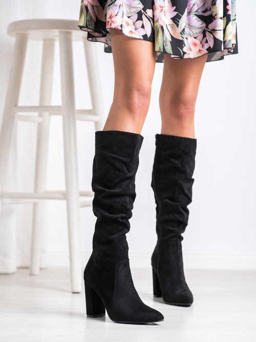 Čierne vysoké moderné topánky